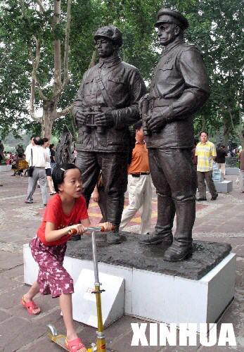"""郑州/""""和平61繁荣""""雕塑展.图"""